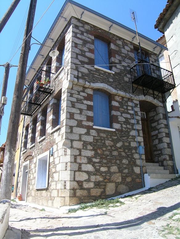 Πετρόχτιστο σπίτι με αρμολογημένη τοιχοποιία.