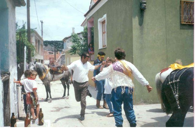 Οι καβαλαραίοι γλεντούν στους δρόμους του χωριού