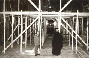 Εργασίες ανακαίνισης του εσωτερικού του ναού το 1973.