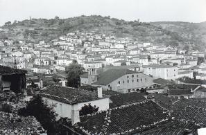 Μερική άποψη της Αγιάσου με τον Ιερό ναό της Παναγίας να δεσπόζει στο μέσο. Αριστερά του Ναού διακρίνεται το παλιό (προπολεμικό) καμπαναριό.