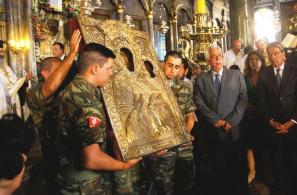 Η Εικόνα της Παναγίας βγαίνει από το προσκυνητάρι, για να εκτεθεί σε προσκύνημα.