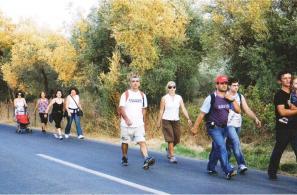 Ταματάρηδες περιπατητές ανεβαίνουν από τη Μυτιλήνη στην Αγιάσο.