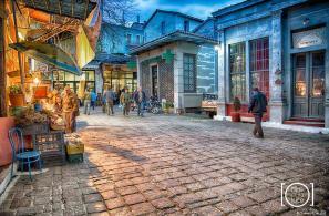 Πανδαισία χρωμάτων και φωτοσκιάσεων καθώς το σούρουπο πέφτει πάνω από την Πλατεία Αγοράς (φωτο Κώστα Σταματέλη).