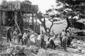 Από τις εργασίες ανέγερσης του σημερινού ναϋδρίου στο λόφο Καστέλι (1960).