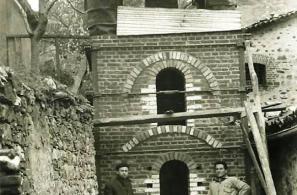 Οι εικονιζόμενοι στη συλλεκτική αυτή φωτογραφία είναι δυο εργάτες από τον Πειραιά, ειδικευμένοι στο χτίσιμο τέτοιων κτισμάτων. Τους είχε επιλέξει ο ΕΟΕΧ (νυν ΕΟΜΜΕΧ). Δούλεψαν περίπου δύο χρόνια, από το 1962 μέχρι τα τέλη του 1963, υπό την επίβλεψη του Ιταλού καθηγητή της κεραμικής Ορβιέτο Τσεκόνι και του Νίκου Κουρτζή. Ο φούρνος τελείωσε στα τέλη του 1963 και το Γενάρη του 1964 έγιναν τα εγκαίνια με το Δεσπότη και επίσημους από τη Μυτιλήνη. Σημειωτέον ότι ο φούρνος αυτός είναι τύπου μούφουλ, ειδικός για όπ