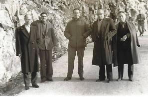 Ο Τσεκόνι, τρίτος από δεξιά, με τους Νίκο Κουρτζή, Χριστόφα Παραμυθέλη και Χαράλαμπο Πανταζή στο Καμπούδι το 1963.