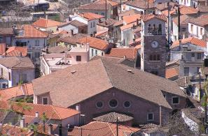 Ο ναός και το καμπαναριό του δεσπόζουν στο μέσο περίπου του οικισμού.