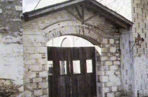 Η κεντρική είσοδος (πουρτάρα) του παλιού δημοτικού ελαιοτριβείου στο Καμπούδι.