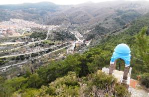 Η νότια είσοδος (Περασιά) και τμήμα του χωριού και του περιφερειακού δρόμου, όπως φαίνονται από την κορυφή του λόφου.