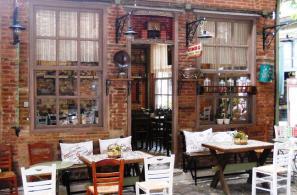 Η πρόσοψη του παραδοσιακού καφενείου «Ο Γιαννάκης» (οι ημικυκλικές καμάρες με τα τούβλα πάνω από την πόρτα και τα παράθυρα ήταν χαρακτηριστικός διάκοσμος των προσόψεων των παλιών κτισμάτων).