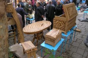 Έκθεση επίπλων και ξυλόγλυπτων από ξύλο καστανιάς στην Πλατεία Αγοράς.