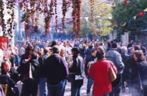 Κατάμεστη από κόσμο η Πλατεία Αγοράς.
