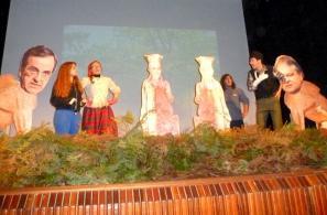 Σατιρικό σκετς (με θέμα τα ευρήματα του τάφου της Αμφίπολης) στο θέατρο του Αναγνωστηρίου.