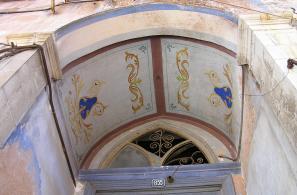 Ζωγραφικές παραστάσεις στην οροφή της εισόδου του παλιού αρχοντικού Ηλιογραμμένου στη θέση «Σίδερα».