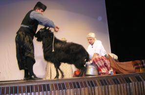 Σατιρικό σκετς στη ντοπιολαλιά στο θέατρο του Αναγνωστηρίου.
